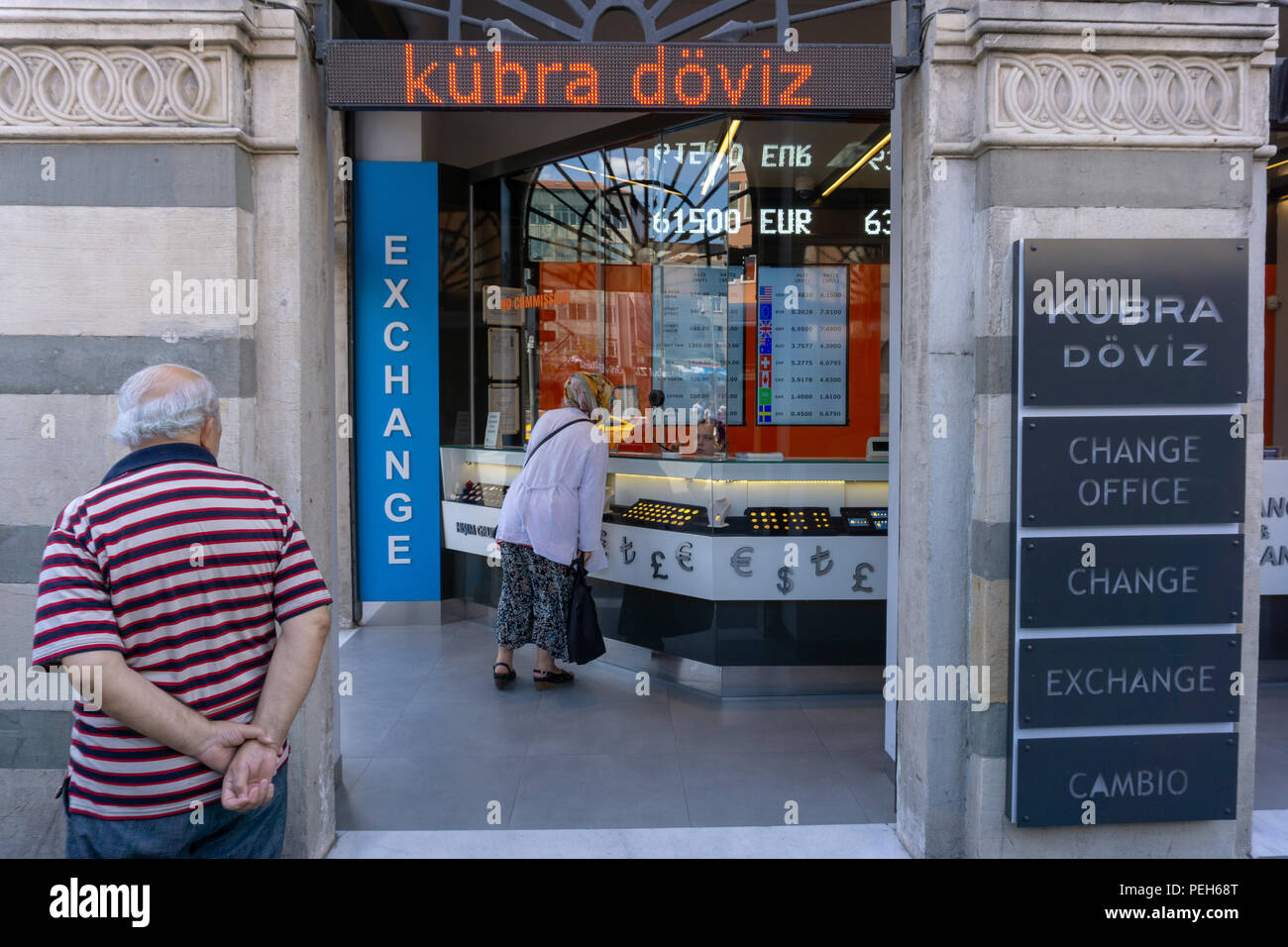 Istanbul, Turkey. 15th August 2018. A man watching the change in Turkish currency Credit: Engin Karaman/Alamy Live News Stock Photo