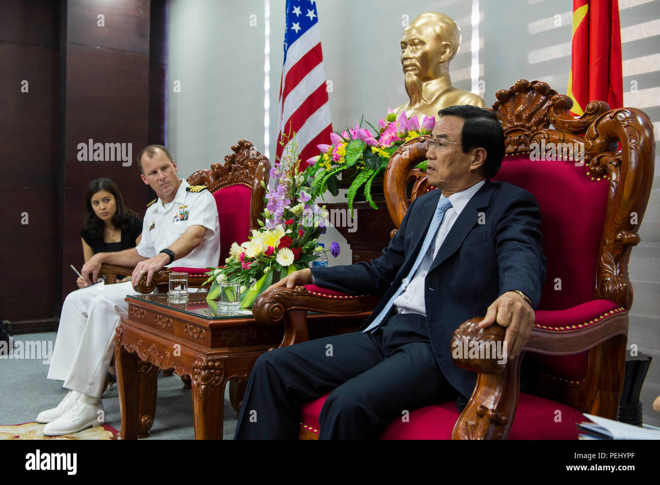 DA NANG, Vietnam (Aug. 17, 2015) Capt. Christopher Engdahl (left), the Pacific Partnership 2015 mission commander, and Dai ta Vu Ding Hieu, the vice chairman of the People's Committee of Da Nang, discuss goals for the Pacific Partnership mission at the Da Nang Administrative Center. The hospital ship USNS Mercy (T-AH 19) is currently in Vietnam for its fourth mission port of PP15. Pacific Partnership is in its 10th iteration and is the largest annual multilateral humanitarian assistance and disaster relief preparedness mission conducted in the Indo-Asia-Pacific region. While training for crisi - Stock Image