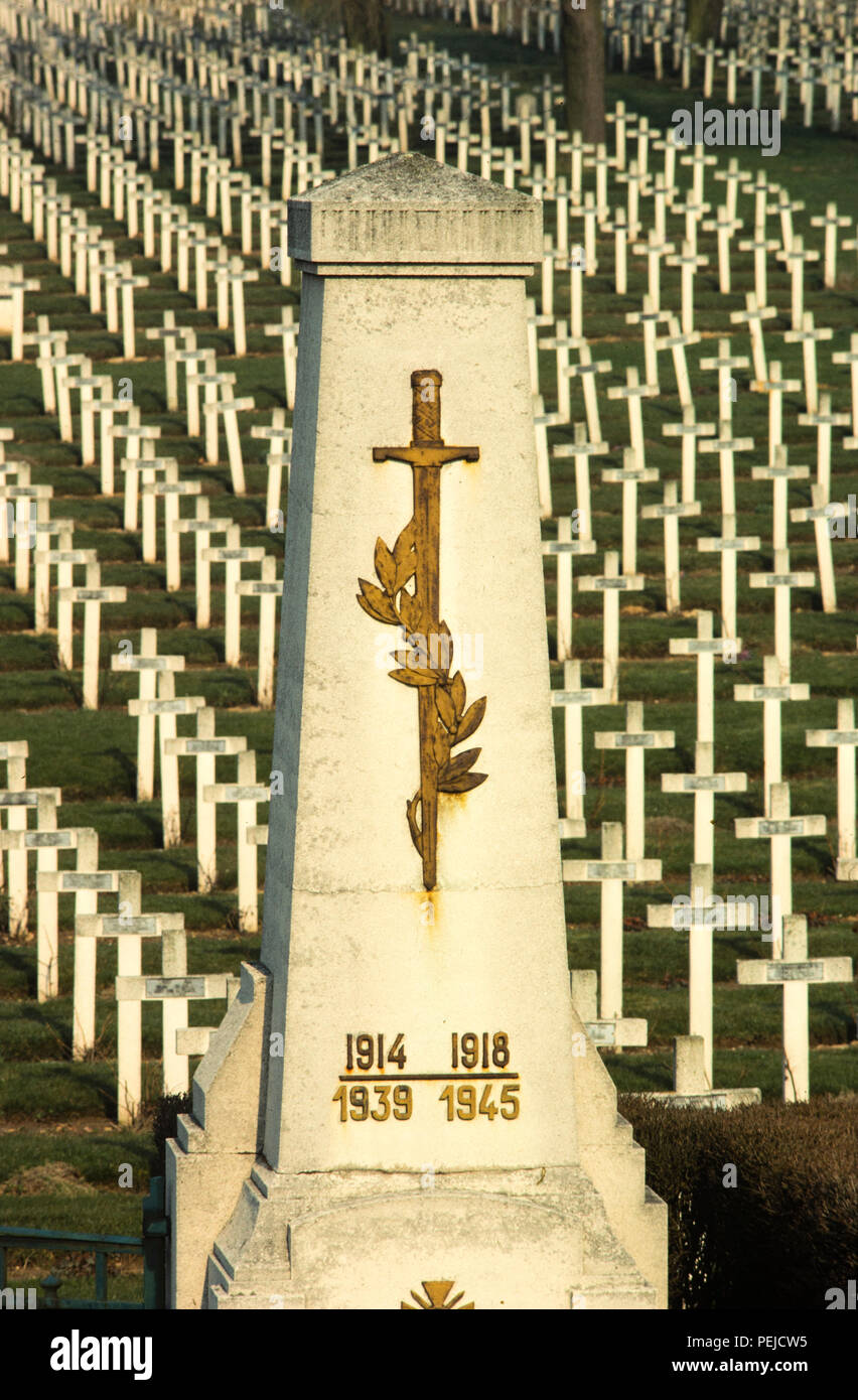 Caption below from Travel France website and is subject to copyright. La Targette French cemetery is located in La Targette in Neuville-Saint-Vaast. It contains the graves of 11,443 soldiers killed during the battles of Artois WWI, and 593 killed during WWII.  The village was completely destroyed during the Second Battle of Artois, an offensive that took place in May 1915. La Targette French Cemetery is located next to the British war cemetery, along the D55 road that links Lens to Maroeuil. La Targette French Cemetery was open in 1919. It contains the graves of 11,443 soldiers killed during t - Stock Image