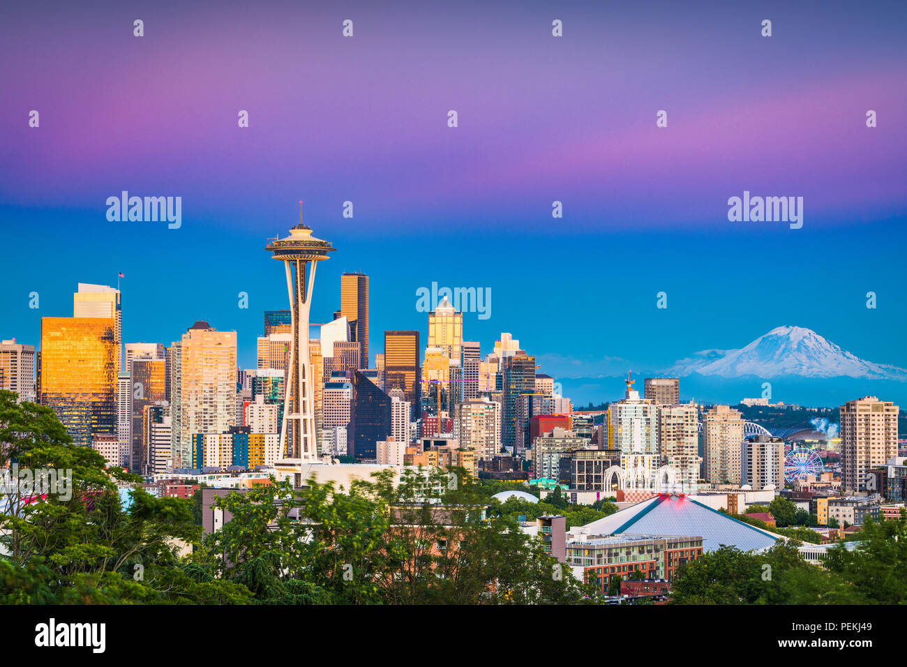 Seattle, Washington, USA downtown skyline at night with Mt. Rainier. - Stock Image