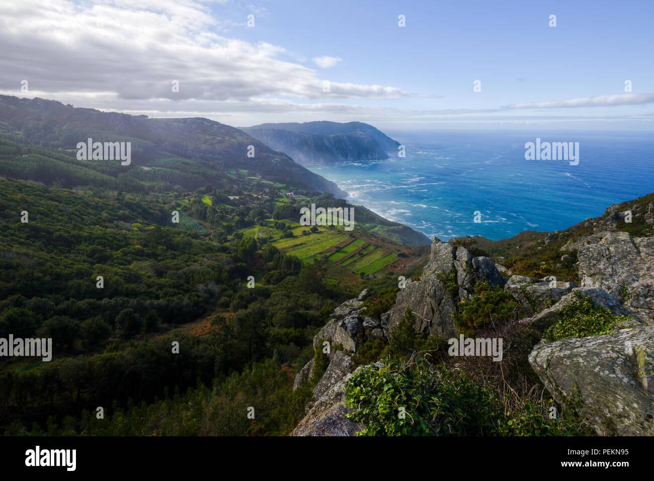 Santo Andrés de Teixido y los acantilados de la Serra da Capelada, en Cedeira, Galicia. - Stock Image