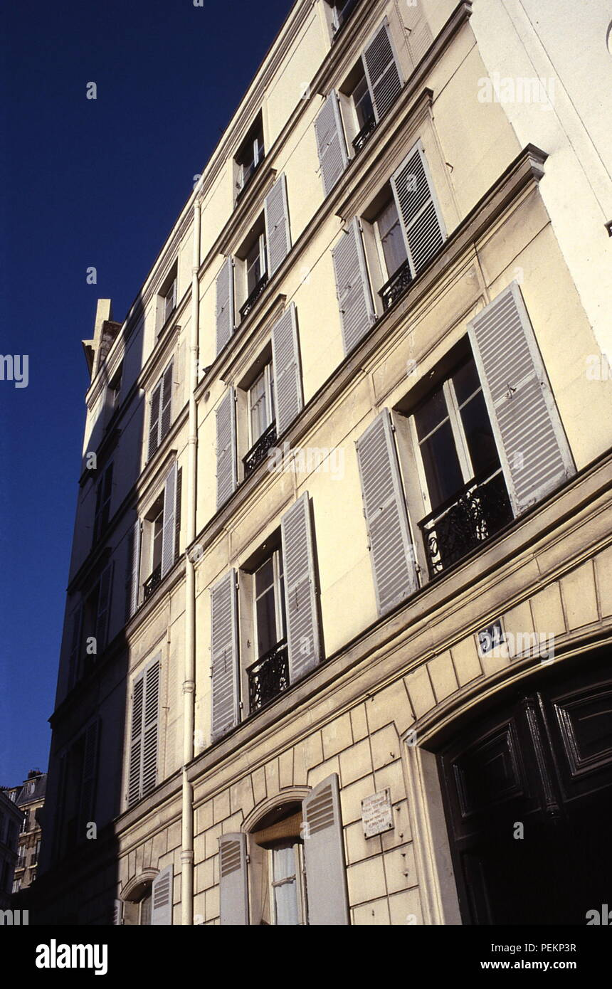 AJAXNETPHOTO. PARIS, FRANCE. - ARTIST STUDIOS - 54 RUE LEPIC - VINCENT AND THEO VAN GOGH LIVED HERE ON 3RD FLOOR BETWEEN 1886 AND 1888. PHOTO:JONATHAN EASTLAND/AJAX REF:891282 - Stock Image