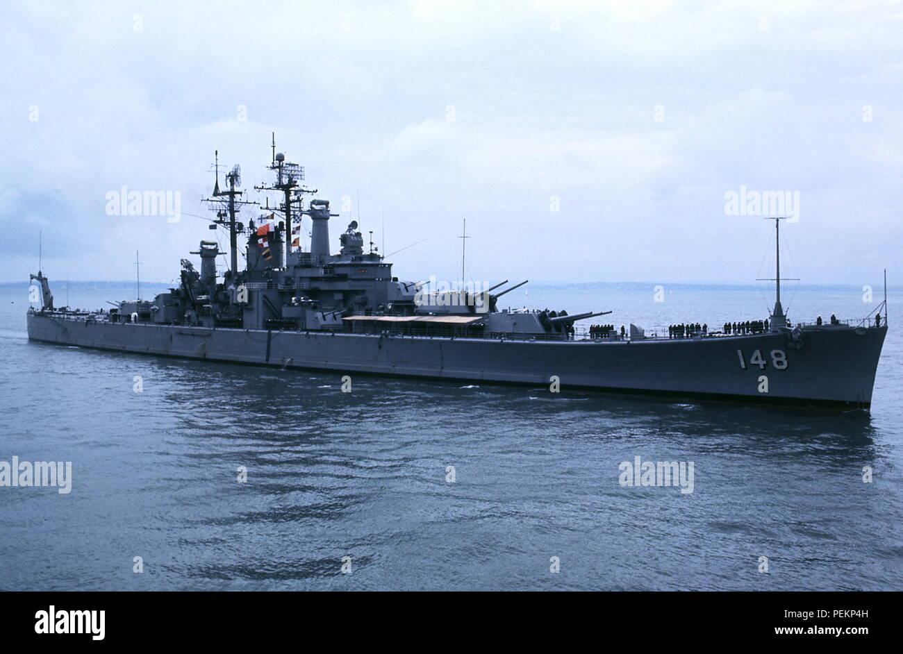 AJAXNETPHOTO. 1973. PORTSMOUTH, ENGLAND. - US VISITOR - DES MOINES CLASS BATTLECRUISER USS NEWPORT NEWS (21,000 TONS) ENTERING PORTSMOUTH NAVAL BASE. PHOTO:JONATHAN EASTLAND/AJAX REF:300593 Stock Photo