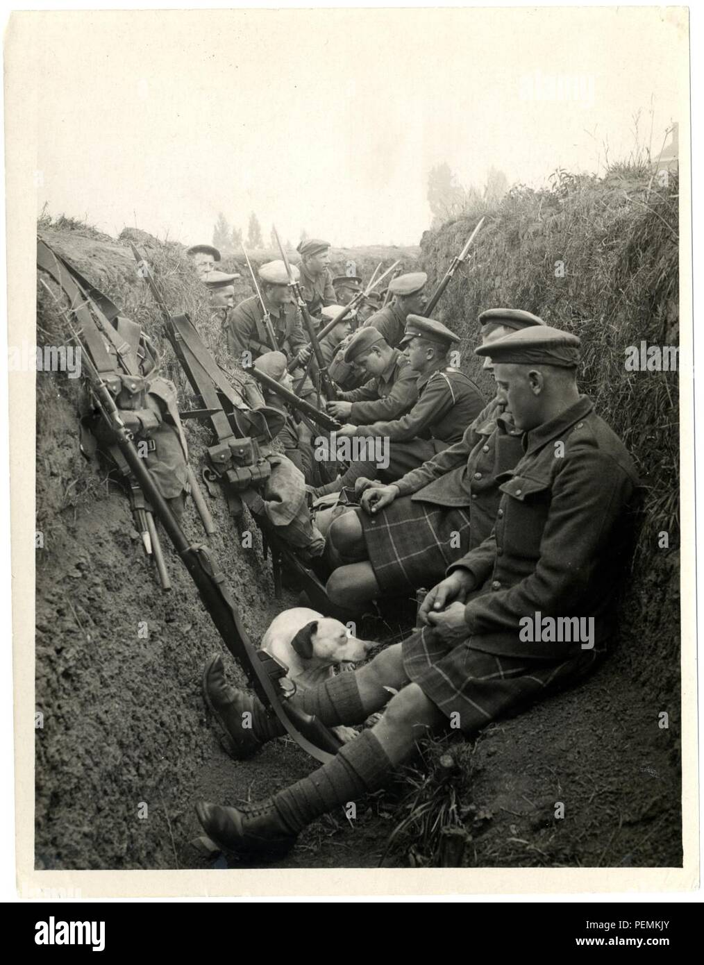 Highland Territorials in a trench [La Gorgue, France]. Photographer  H. D. Girdwood. - Stock Image