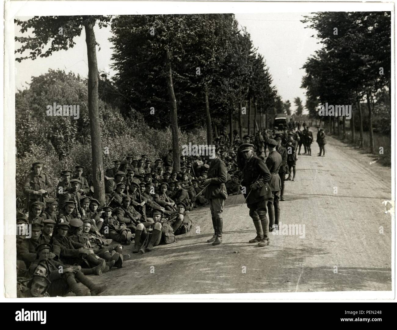 London Territorials resting on the march [Estaires La Bass u00e9e Road, France]. Photographer  H. D. Girdwood. - Stock Image