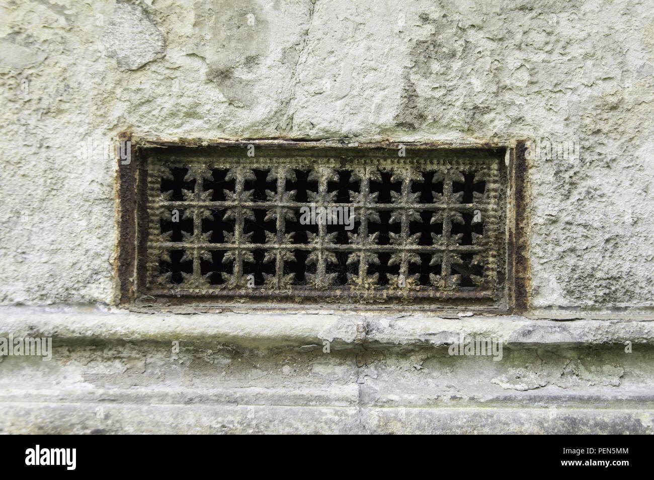 Antikes Lüftungsgitter in verwitterter Fassade Stock Photo