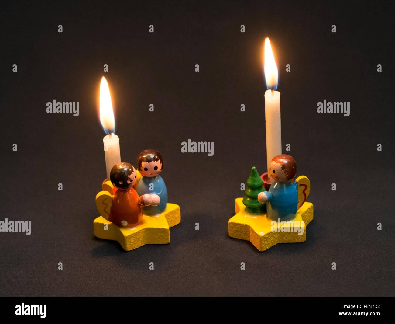 Deutscher Weihnachtsschmuck: Sternsinger aus dem Erzgebirge - singende Engel mit brennenden Kerzen Stock Photo