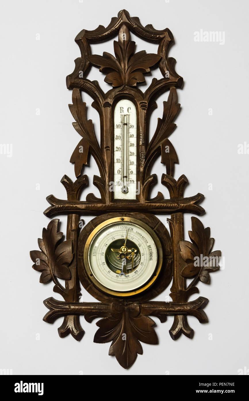 Viktorianisches Barometer aus Holz mit vielen Schnitzereien, Wetterstation Stock Photo