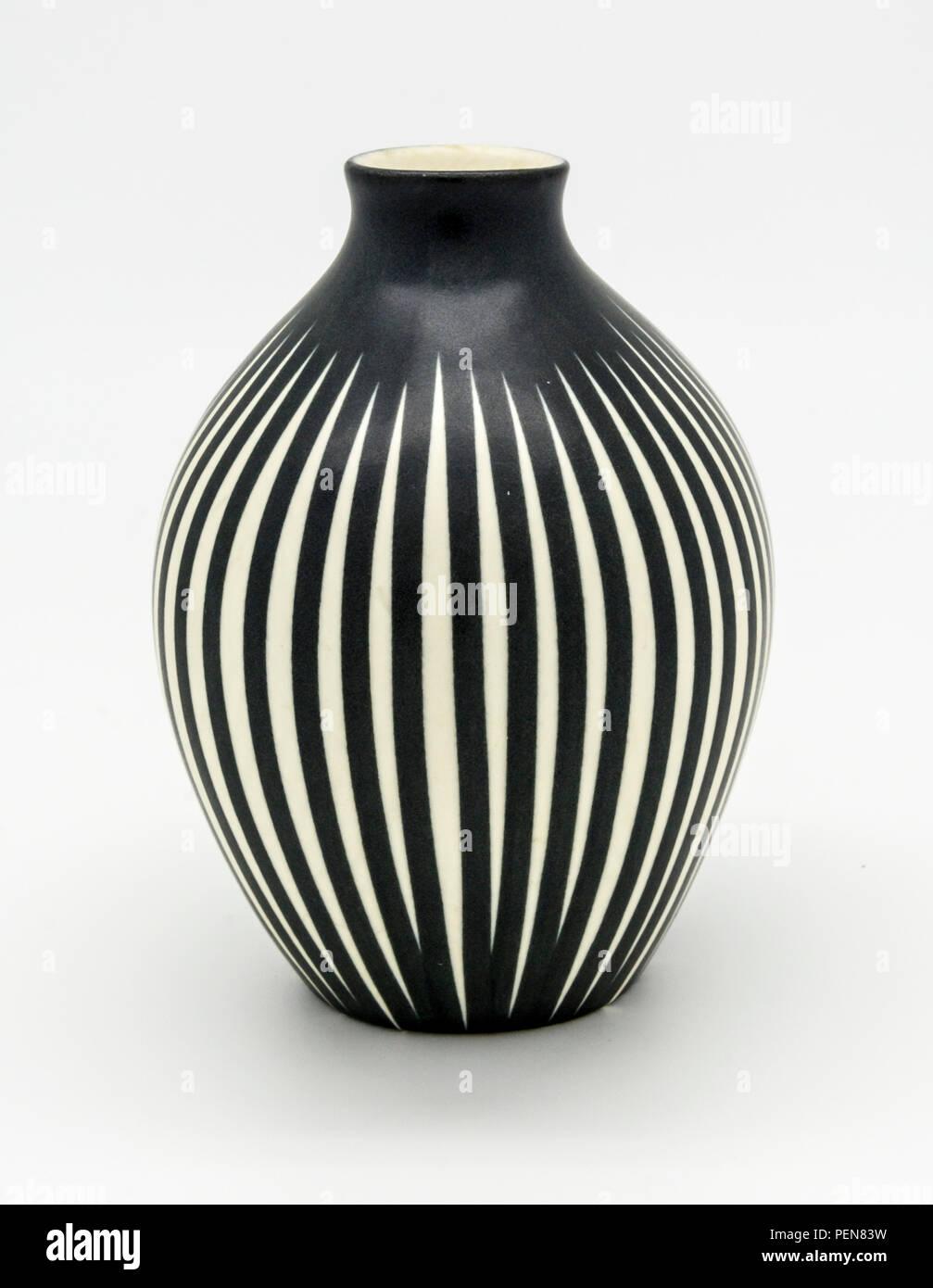 Gestreifte Vase aus der Wirtschaftwunderzeit: 50ger 60ger Jahre Stock Photo