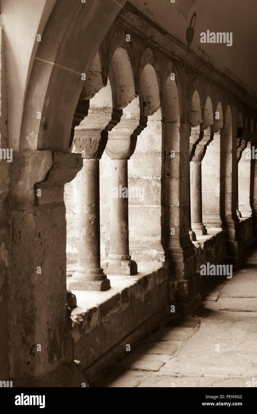 Antike Säulenreihe im Kreuzgang eines Klosters, Zahn der Zeit - Stock Image