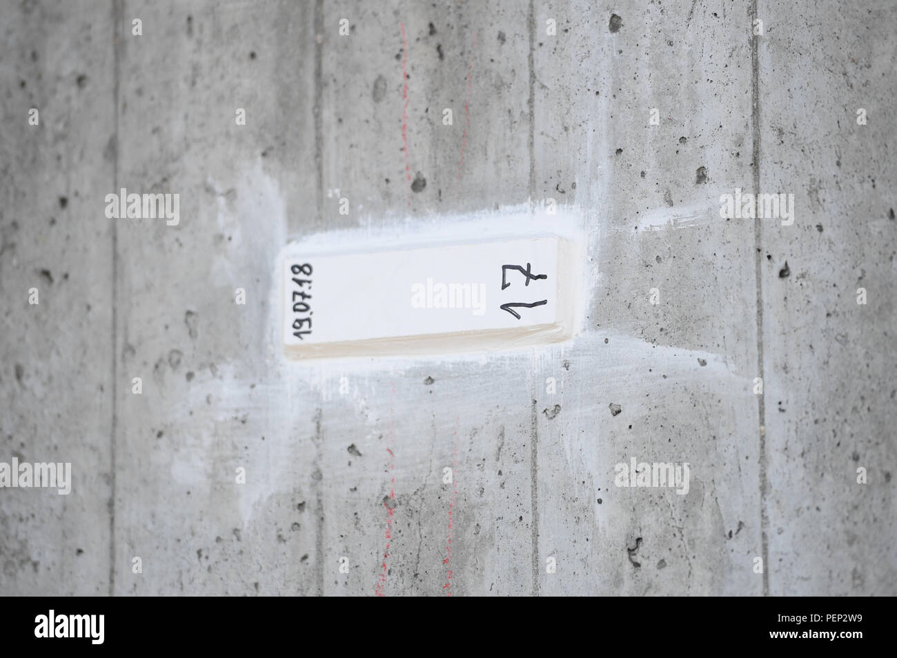 Wiesbaden, Germany. 16th Aug, 2018. A gypsum marker is attached to the Salzbach Valley Bridge (Motorway A66) above a crack. Hessen Mobil uses the bridge as an example to show how the condition of a bridge is checked. Credit: Arne Dedert/dpa/Alamy Live News - Stock Image