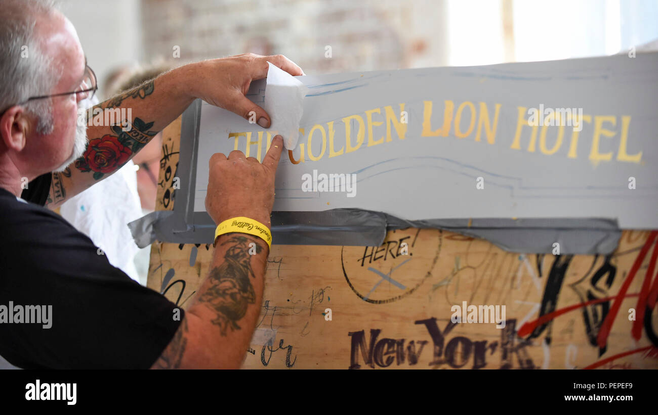 London, UK.  17 August 2018. A signwriter practices applying gold leaf at 'Letterheads 2018:  London Calling', a gathering of international professional signwriters and lettering artists from over 30 countries.  Signwriters can network and learn new skills and visitors can see signwriting in action.  The event is taking place at the Bargehouse, Oxo Tower Wharf in central London until 19 August.  Credit: Stephen Chung / Alamy Live News - Stock Image