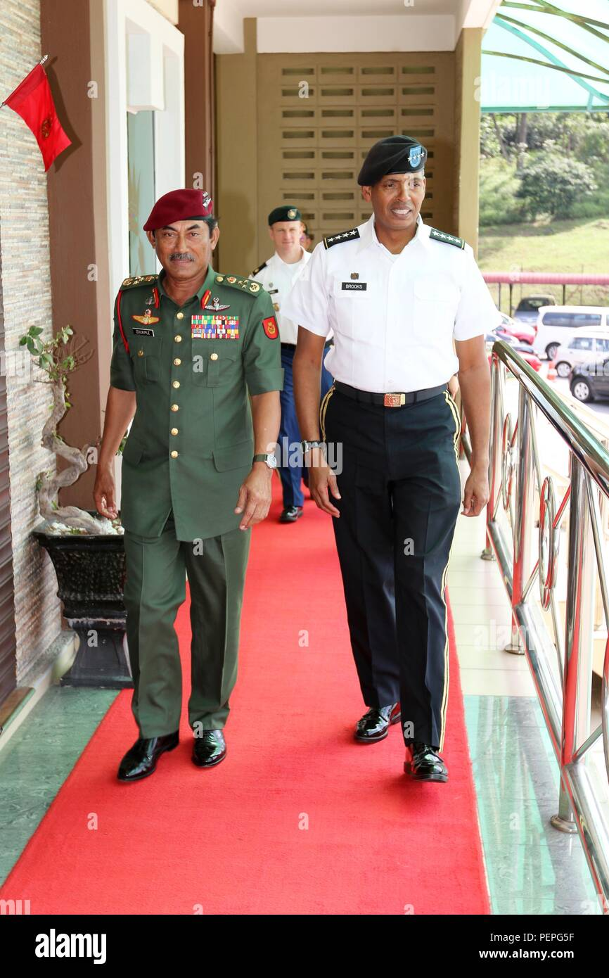 Malaysian Army Field Commander West Lt. Gen. Dato' Sri Zulkiple (left), and Army Gen. Vincent K. Brooks, commander, U.S. Army Pacific, chat during Brooks' visit to Kulkiple's headquarters in Kuala Lumpur, Malaysia, Jan. 18, 2016. (Photo by Master Sgt. Mark St. Clair, 25th Infantry Division Public Affairs) Stock Photo