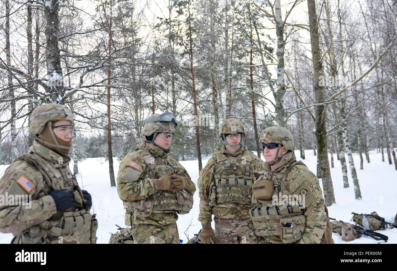 Soldiers of 3rd Squadron, 2nd Cavalry Regiment, stationed at Vilseck, Germany, endure the cold weather at an M240 machine gun training exercise at Adazi Training Area in Latvia, Jan. 25, 2016. (U.S. Army photo by Staff Sgt. Steven Colvin/Released) - Stock Image