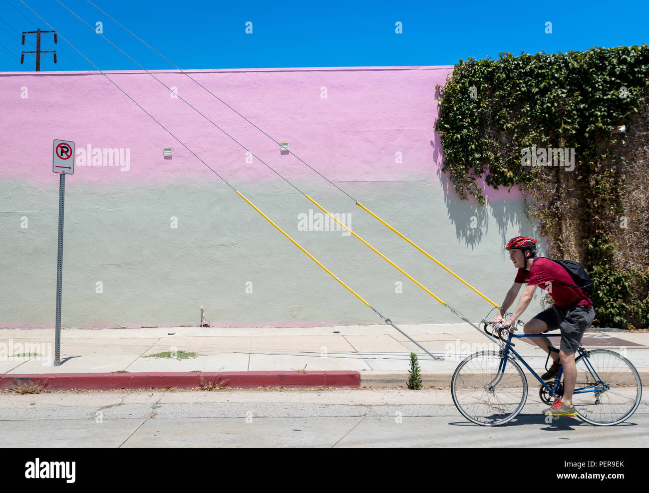 Cyclist in the Frogtown neighborhood of Los Angeles, California. - Stock Image