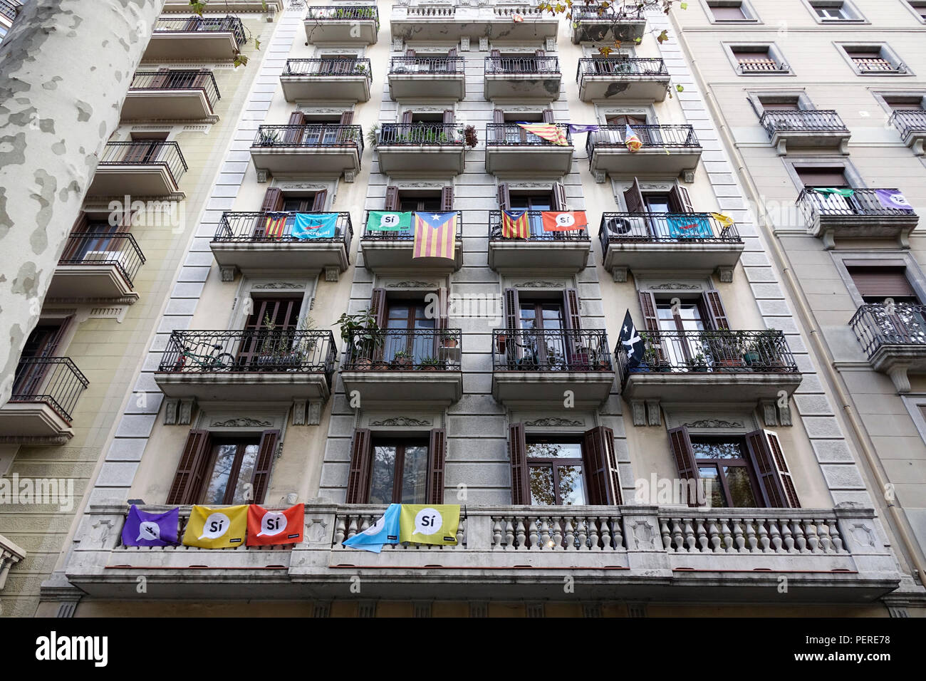 Catalonia National Flags And Si Yes Flags In Support Of An Independent Catalan Fly From Apartment Balconies In Barcelona Spain November 2017 Stock Photo