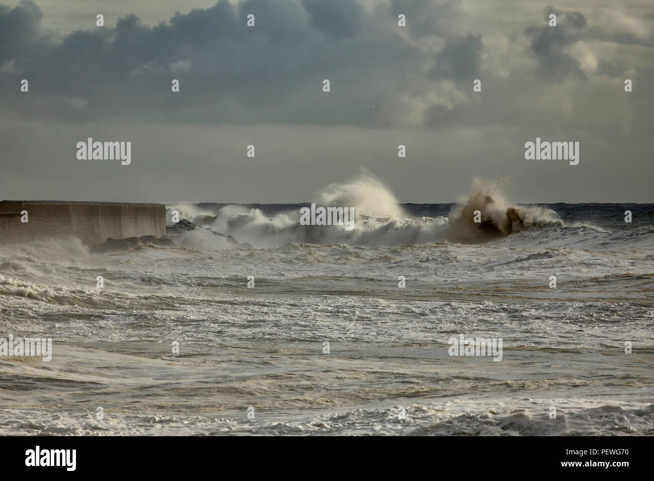 Stormy big wave approaching Leixoes harbor north wall Stock Photo