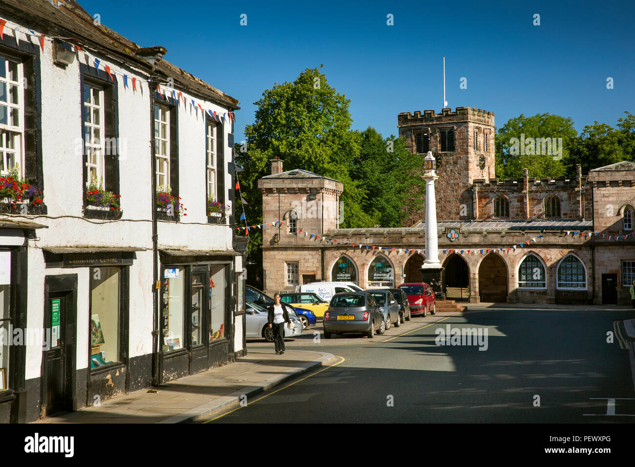 UK, Cumbria, Eden Valley, Appleby, Boroughgate, Moot Hall and 1811 cloisters outside St Lawrence's Church - Stock Image