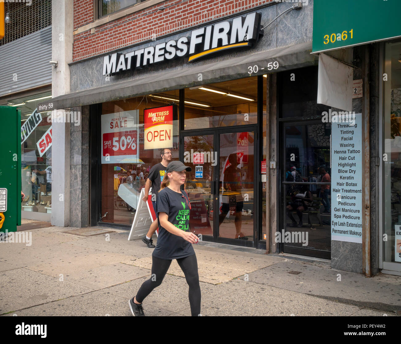 A Mattress Firm store in the Astoria neighborhood of Queens in New York on Sunday, August 12, 2018. Mattress Firm has recently announced that it is exploring bankruptcy options to exit store leases so it can shutter unprofitable locations. (© Richard B. Levine) - Stock Image