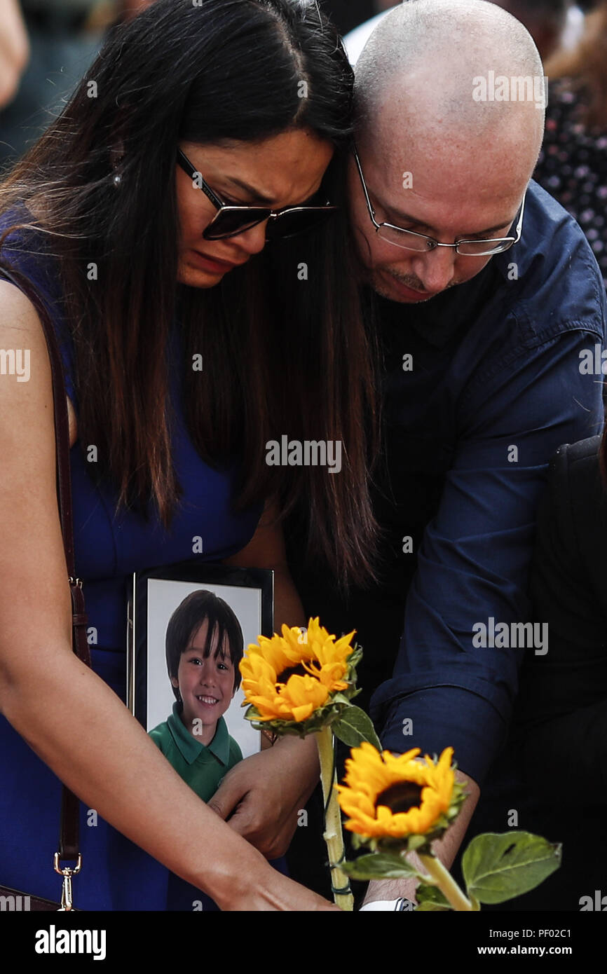 Barcelona, Catalonia, Spain. 17th Aug, 2018. Family of the Australian child Julian Cadman, who was killed during the terror attacks, look at flowers at a memorial for victims in the deadly terror attack on the city on Las Ramblas. Credit: Eric Alonso/ZUMA Wire/Alamy Live News Stock Photo