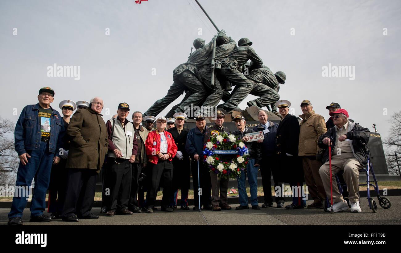 39a6f51c3b1286 WWII veterans and Marines from Marine Barracks Washington
