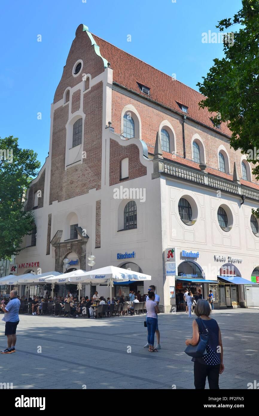 München, die Hauptstadt Bayerns (Deutschland): Das Bayerische Jagd- und Fischereimuseum in der ehemaligen Augustinerkirche - Stock Image
