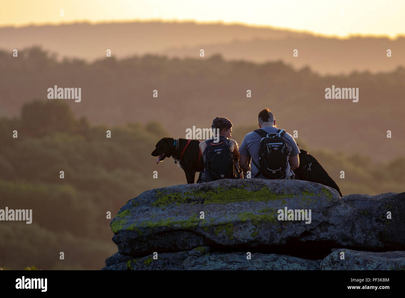 Couple watching the sunset at Garden of the Gods Wilderness - Shawnee National Forest, Southern Illinois, USA - Stock Image