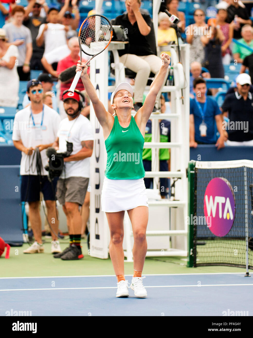 August 2018: Simona Halep (ROU) celebrates her victory against Aryna Sabalenka (BLR) at the Western Southern Open in Mason, Ohio, USA. Brent Clark/Alamy Live News - Stock Image