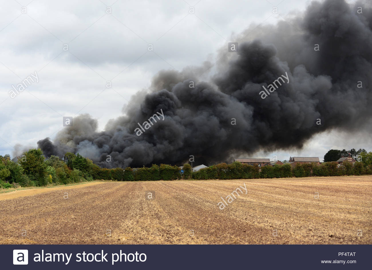 Loughborough, UK. 19 August, 2018. Smoke from a large fire at Hathernware Industrial Estate in Sutton Bonington, Nottinghamshire which shut the midland mainline for a time. Picture Credit: Steve Baker/Alamy Live News - Stock Image