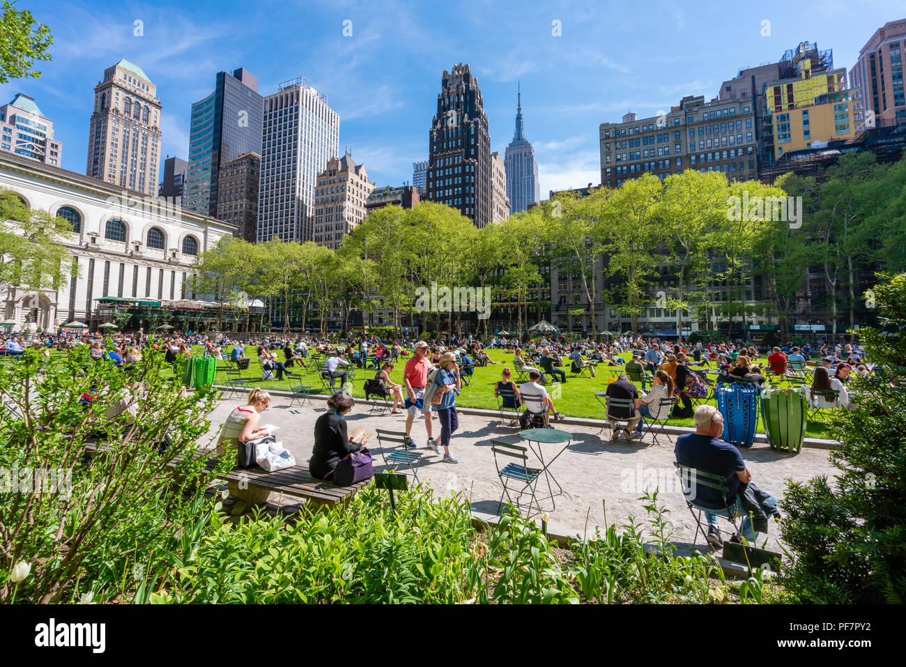 People relaxing at Bryant Park in Midtown Manhattan - Stock Image