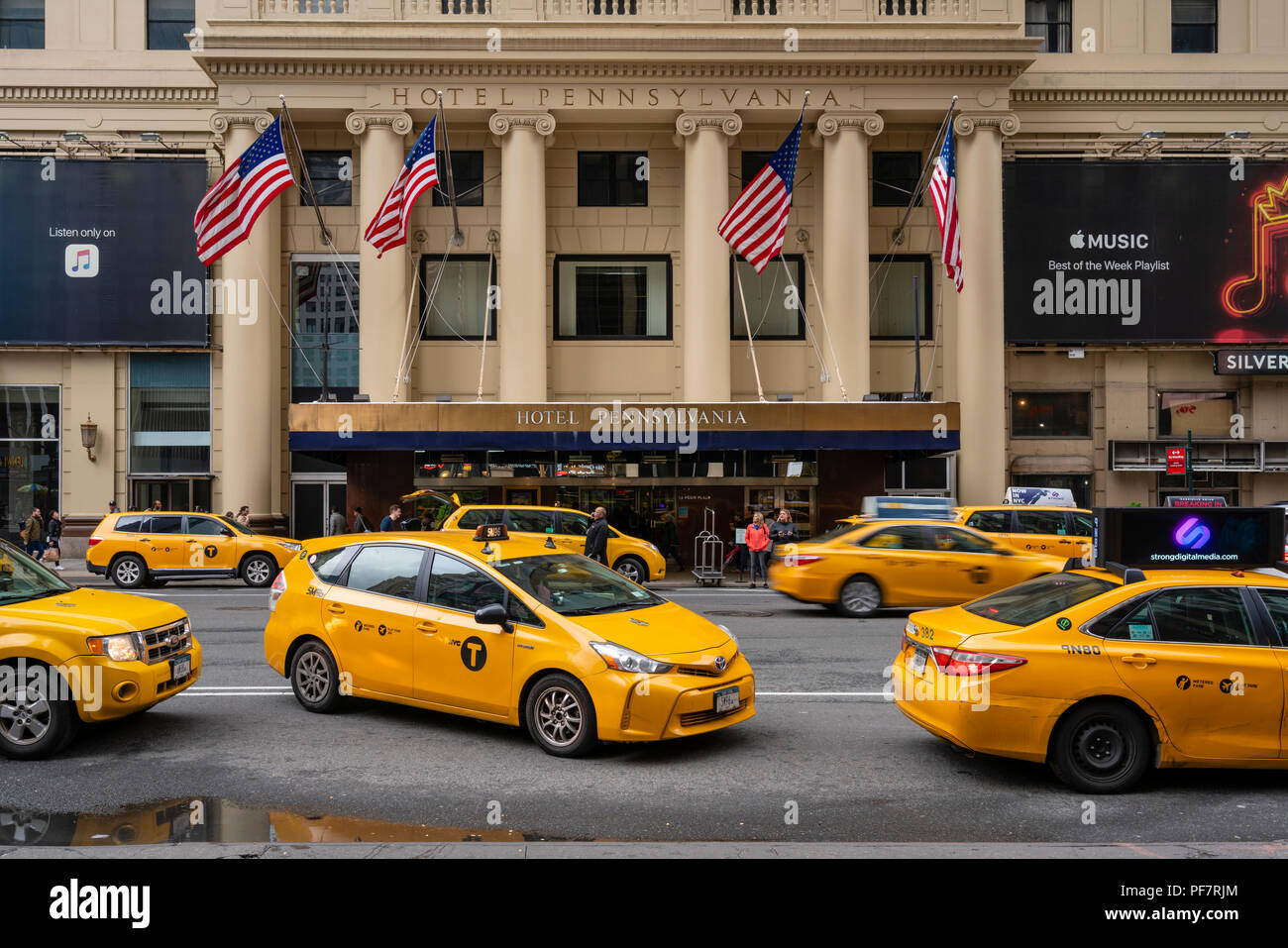 Taxis waiting outside a luxury hotel in New York City - Stock Image
