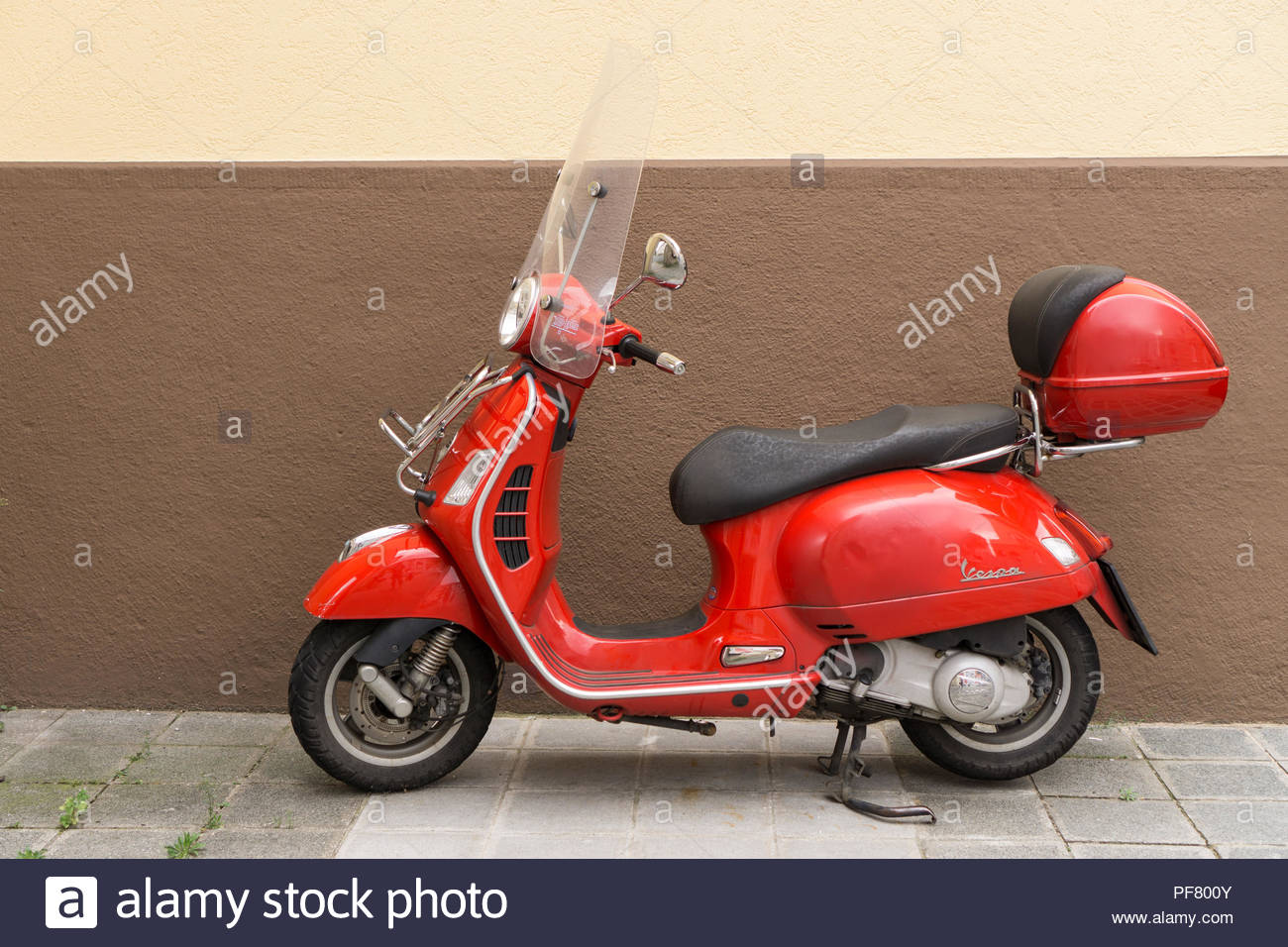 Motor scooter, rote Vespe. - Stock Image