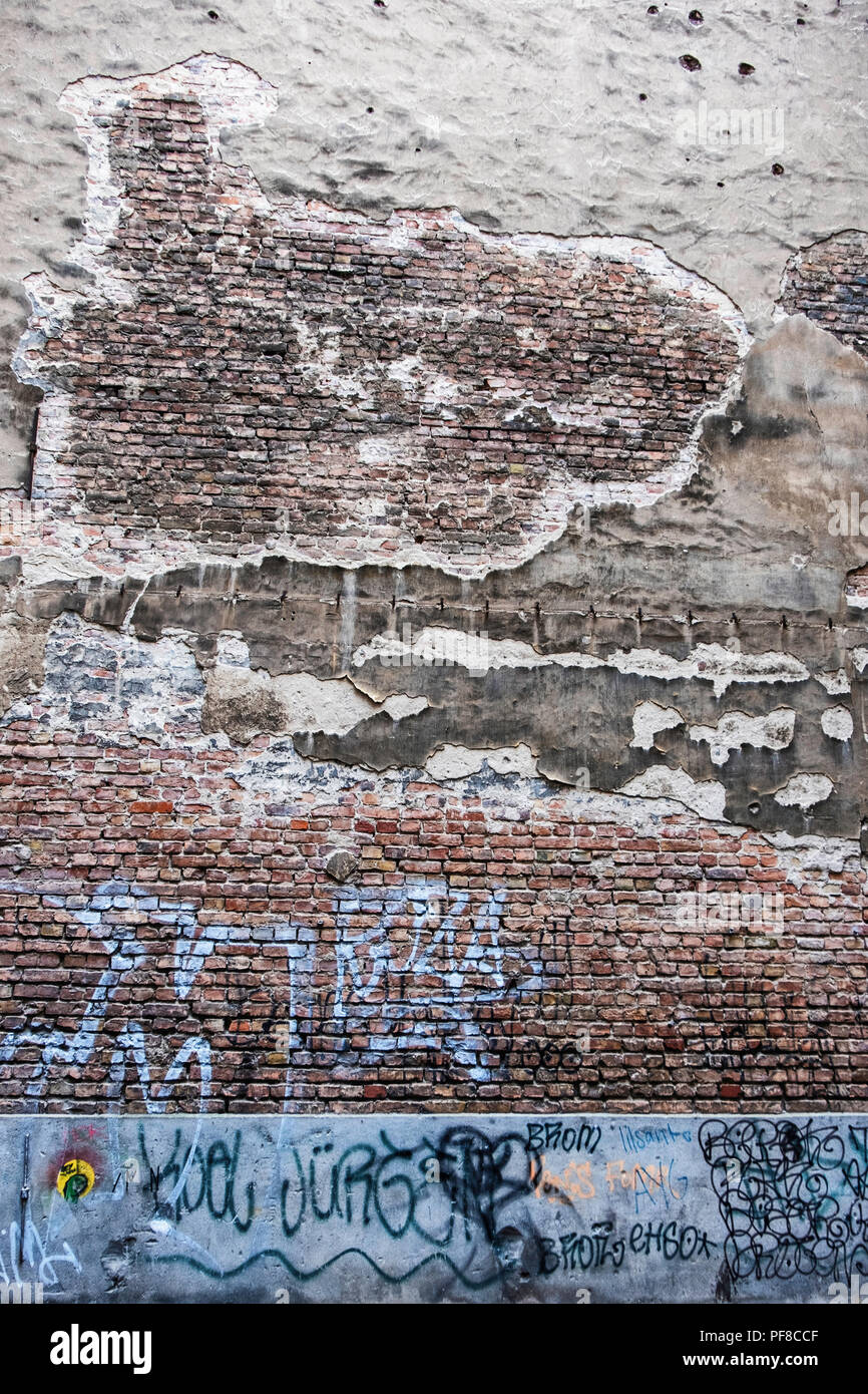 Berlin, Mitte.Brunnenstrasse. Weathered wall in inner courtyard of old building - Stock Image