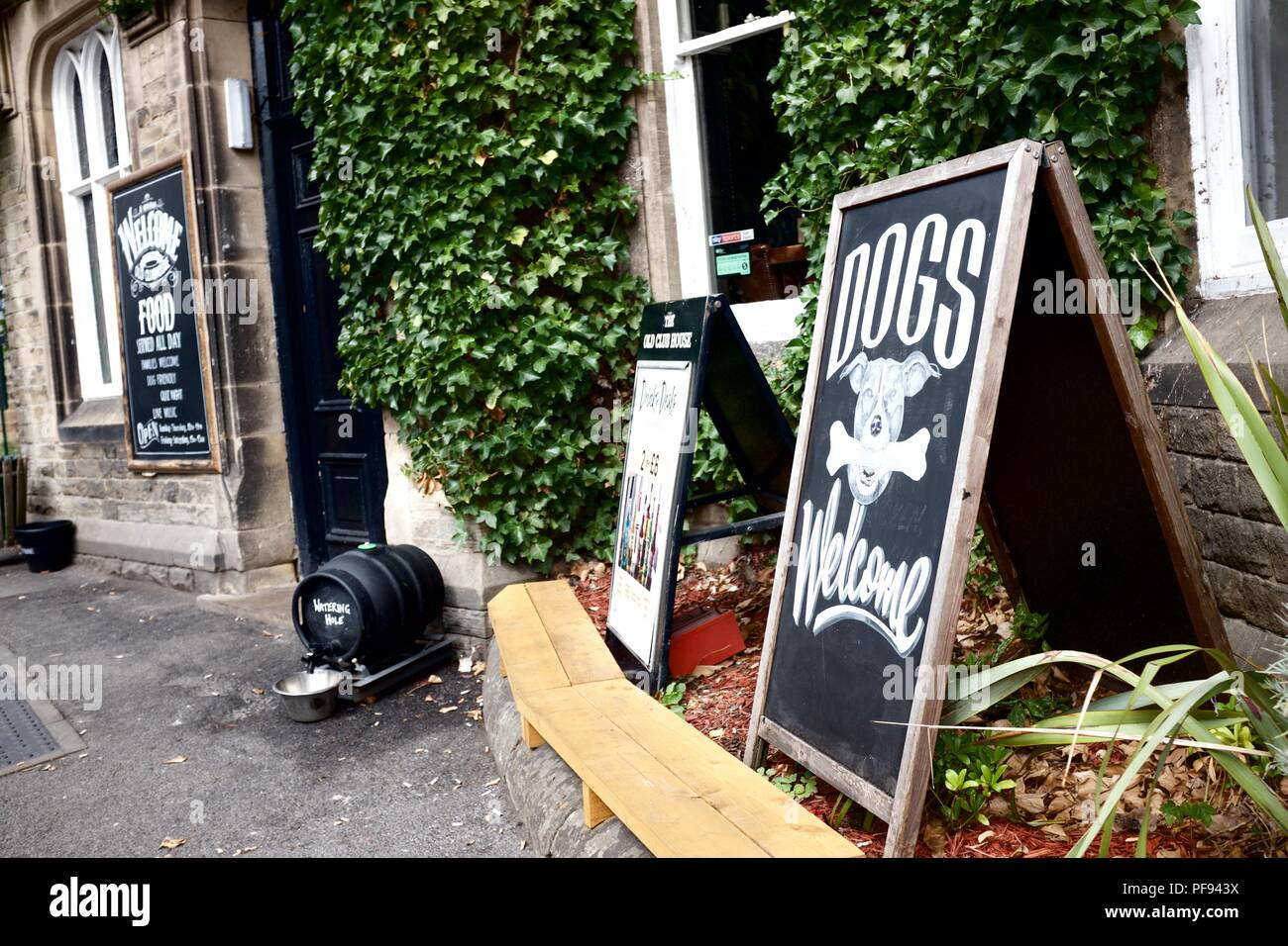 A sign outside a pub welcoming dogs in Buxton,  High  Peak,  Derbyshire - Stock Image