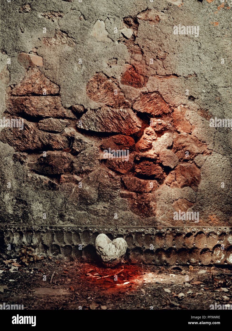 Heart stone and wall - Stock Image