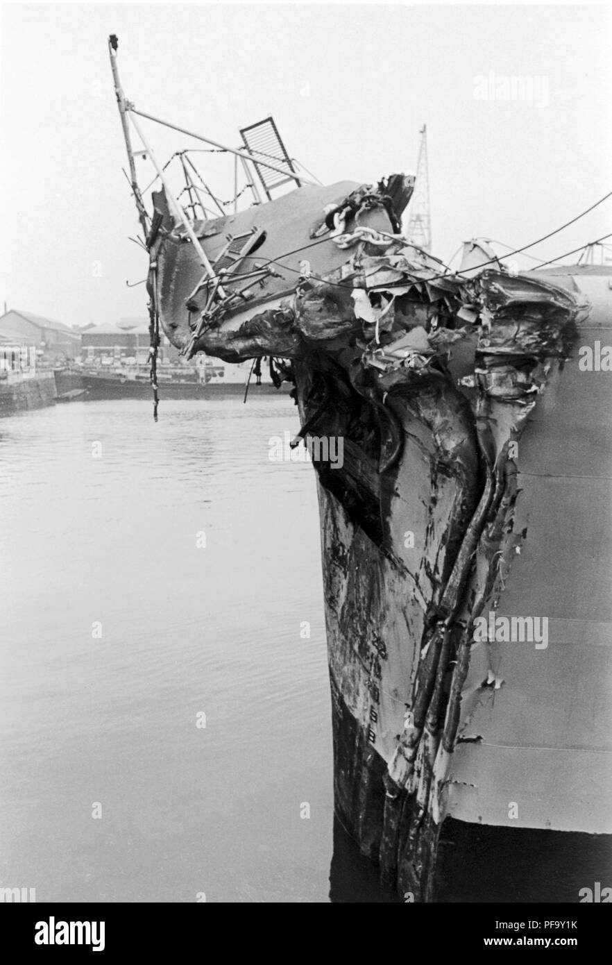 AJAXNETPHOTO. 13TH NOVEMBER, 1975. PORTSMOUTH, ENGLAND. -  BOW OF THE GP LEANDER CLASS FRIGATE HMS ACHILLES (2500 TONS). THE FRIGATE COLLIDED WITH LIBERIAN OIL TANKER OLYMPIC ALLIANCE 1 MILES S.E. OF DOVER NEAR VARNE LIGHTSHIP ON NIGHT OF 12/13 NOV 1975. THREE CREWMEN ON ACHILLES WERE INJURED. PHOTO:JONATHAN EASTLAND/AJAX REF:751311_2 - Stock Image