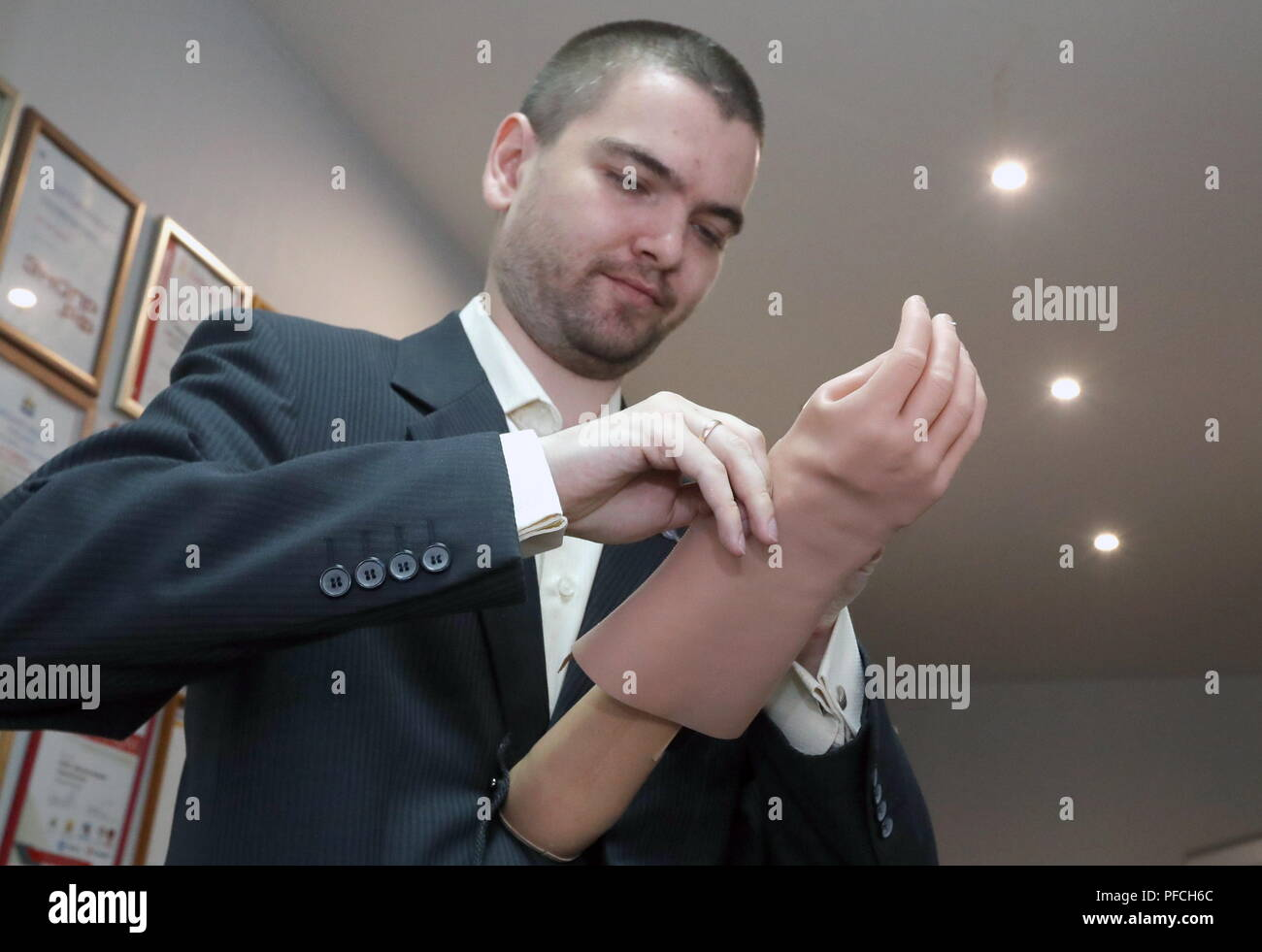 Veliky Novgorod, Russia. 21st Aug, 2018. VELIKY NOVGOROD, RUSSIA - AUGUST 21, 2018: Veliky Novgorod's Tekhbionik scientific research company led by engineer Stanislav Muravyov (pictured) has developed a modular bionic prosthetic hand for Maria Gaidukova, 9, born with a congenital hand malformation; unparalleled in Russia, the prosthesis features three different grip patterns controlled by electrical impulses in an operator's muscles. Alexander Demianchuk/TASS Credit: ITAR-TASS News Agency/Alamy Live News Stock Photo