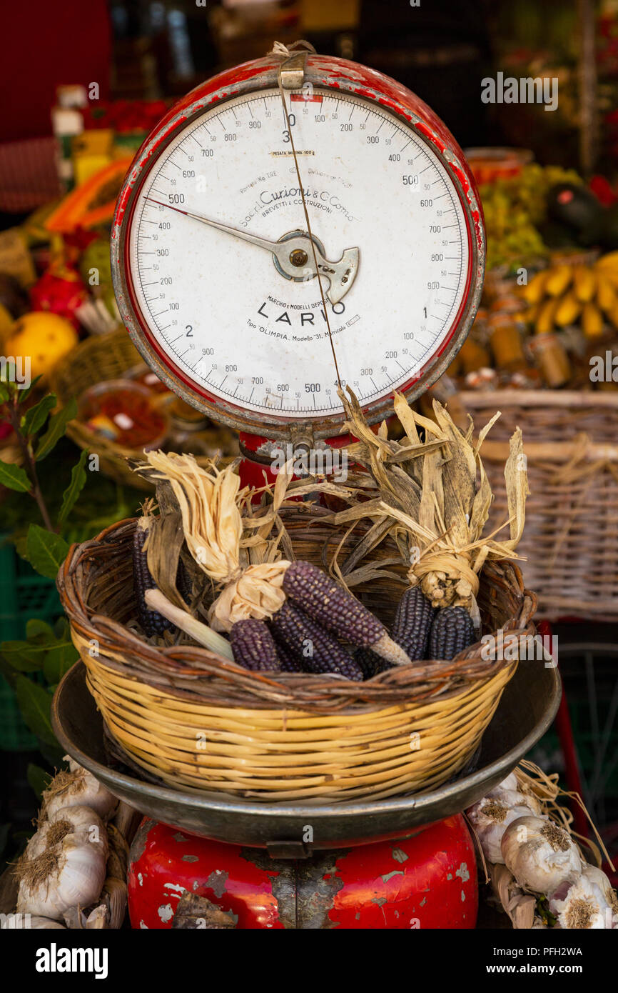 Rome, Italy.  Fruit and vegetable stall at the daily market in the Campo dei Fiori.  Weighing scales with basket of corn ears. - Stock Image