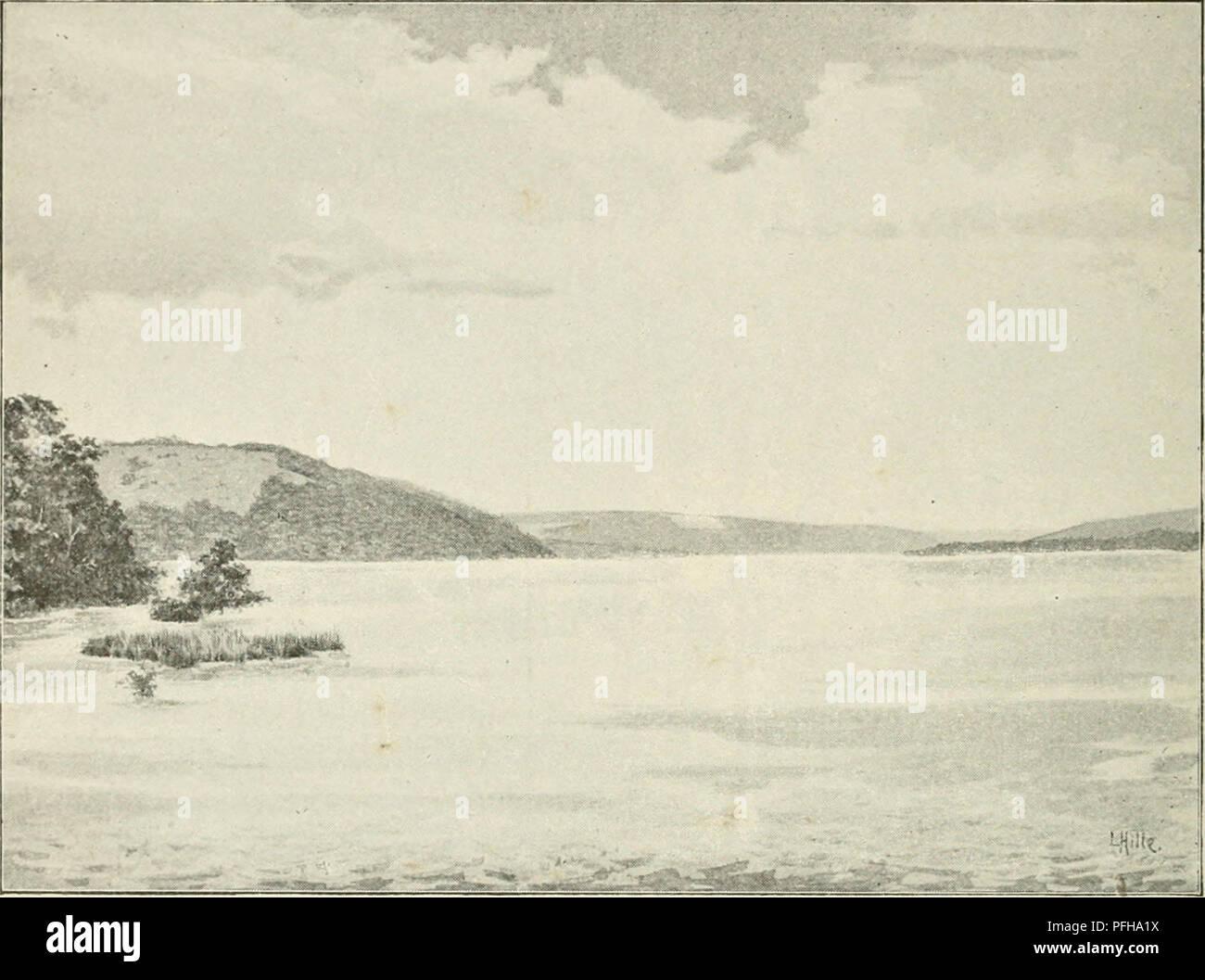 . Dans la grande forêt de l'Afrique centrale. Mon voyage au Congo et à la Mongala en 1896. Botany. 10 Chapitre Premier besogne, on avait engagé un grand nombre de travailleurs qui nous accompagnaient dans une pirogue amarrée au vapeur. (V. pi. 1G.) En amonl du Stanley-PooJ, le Congo coule au milieu de longues chaînes de collines, couvertes de forêts dans leur partie inférieure et de brousse sur leurs sommets arrondis. Dans cette partie du fleuve, resserrée entre les montagnes rive- raines et à laquelle les Européens donnent le nom de « canal », un vent violent souille souvent pendant - Stock Image
