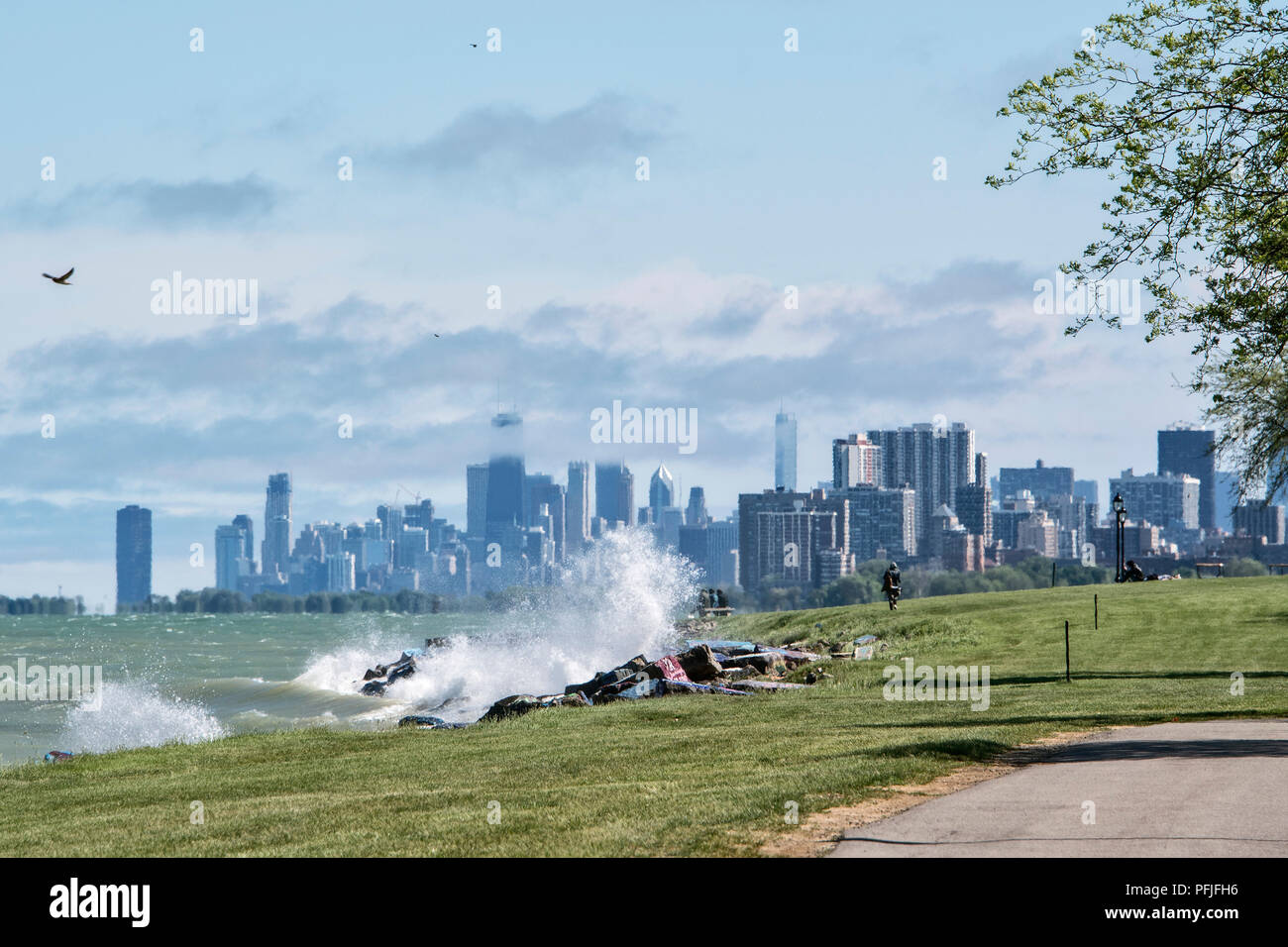 Northwestern University Lakefill in Evanston, Illinois, with a view of Lake Michigan and the Chicago skyline. - Stock Image