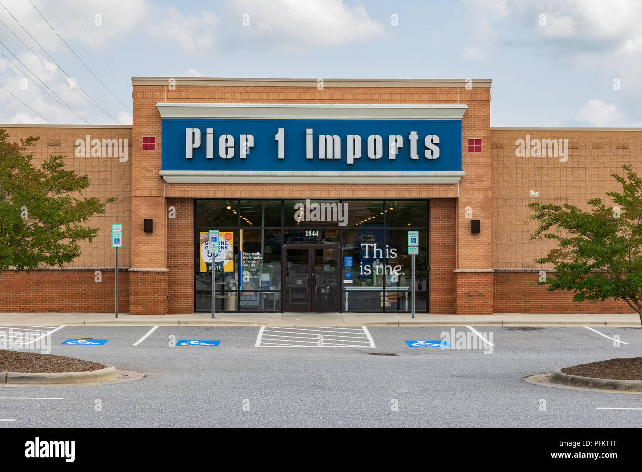 HICKORY, NC, USA-20 AUG 2018: A Pier 1 Imports store, a chain specializing in imported home furnishings and decor. - Stock Image