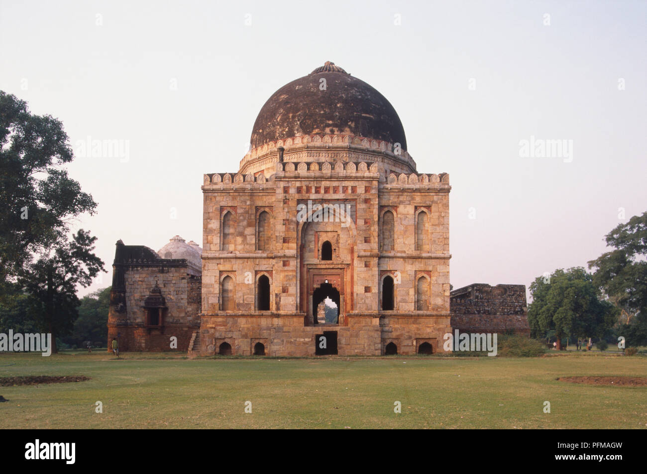 India, Delhi, the Bara Gumbad of a 15th-century Lodi tomb, large central dome. - Stock Image