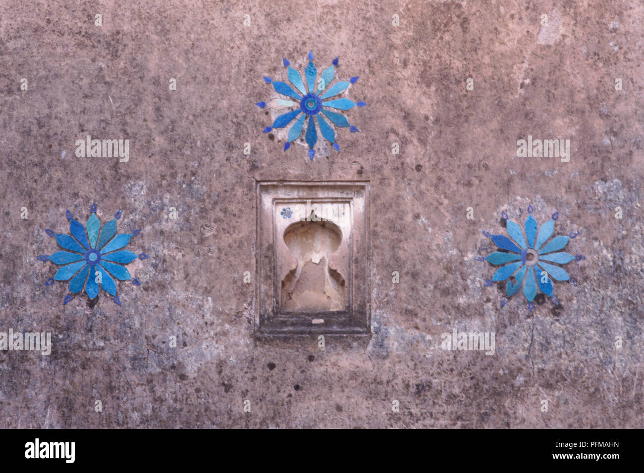 India, Jahangiri Mahal, flower motifs in bright blue and turquoise stone, inlaid into stone wall. - Stock Image