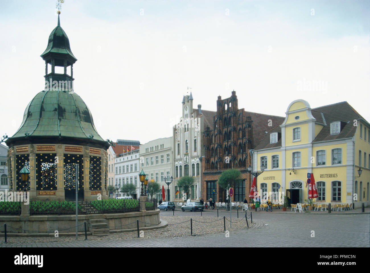 Germany, Wismar, Alter Schwede or old Swede, the most beautiful house on the square, and the Wasserspiele or water feature, a Dutch Renaissance pavilion dating from 1602, in the market square - Stock Image