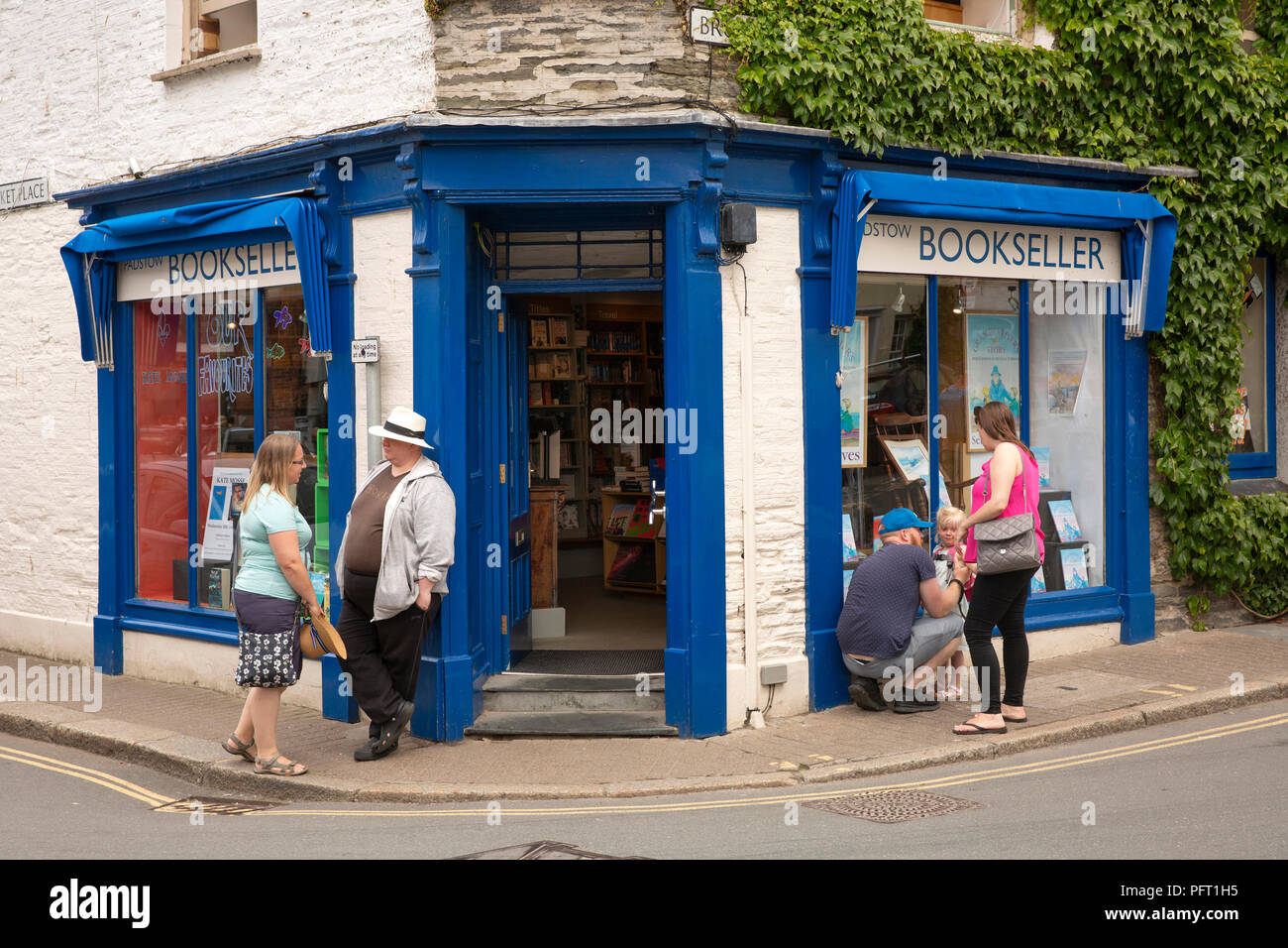 UK, Cornwall, Padstow, customers outside bookshop on corner of Market Place and Broad Street Stock Photo