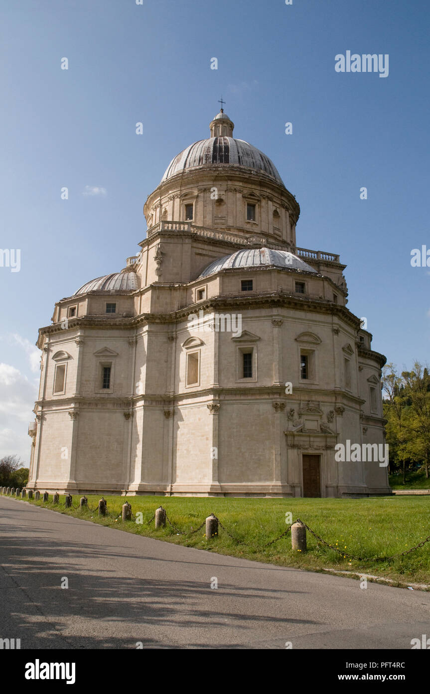 Italy, Umbria, Todi, Santa Maria della Consolazione, domed Renaissance church built in shape of Greek cross with polygonal apses - Stock Image
