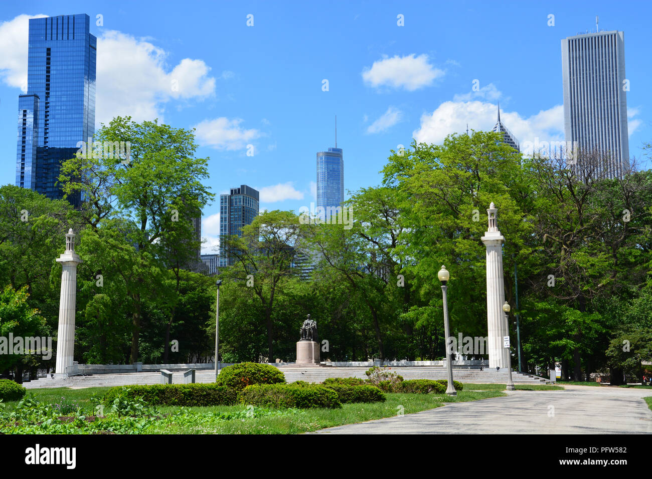 Abraham Lincoln, Head of State (aka Seated Lincoln) by Augustus Saint-Gaudens installed in Chicago's Grant Park Court of Presidents garden in 1926. - Stock Image