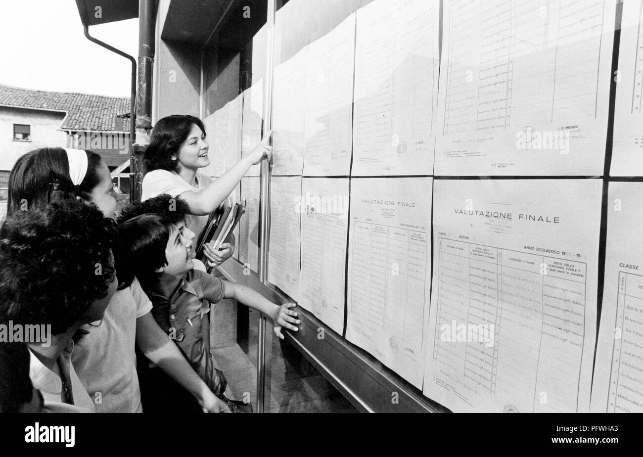 italy, young students reading the results of the third-year exams, 70s - Stock Image