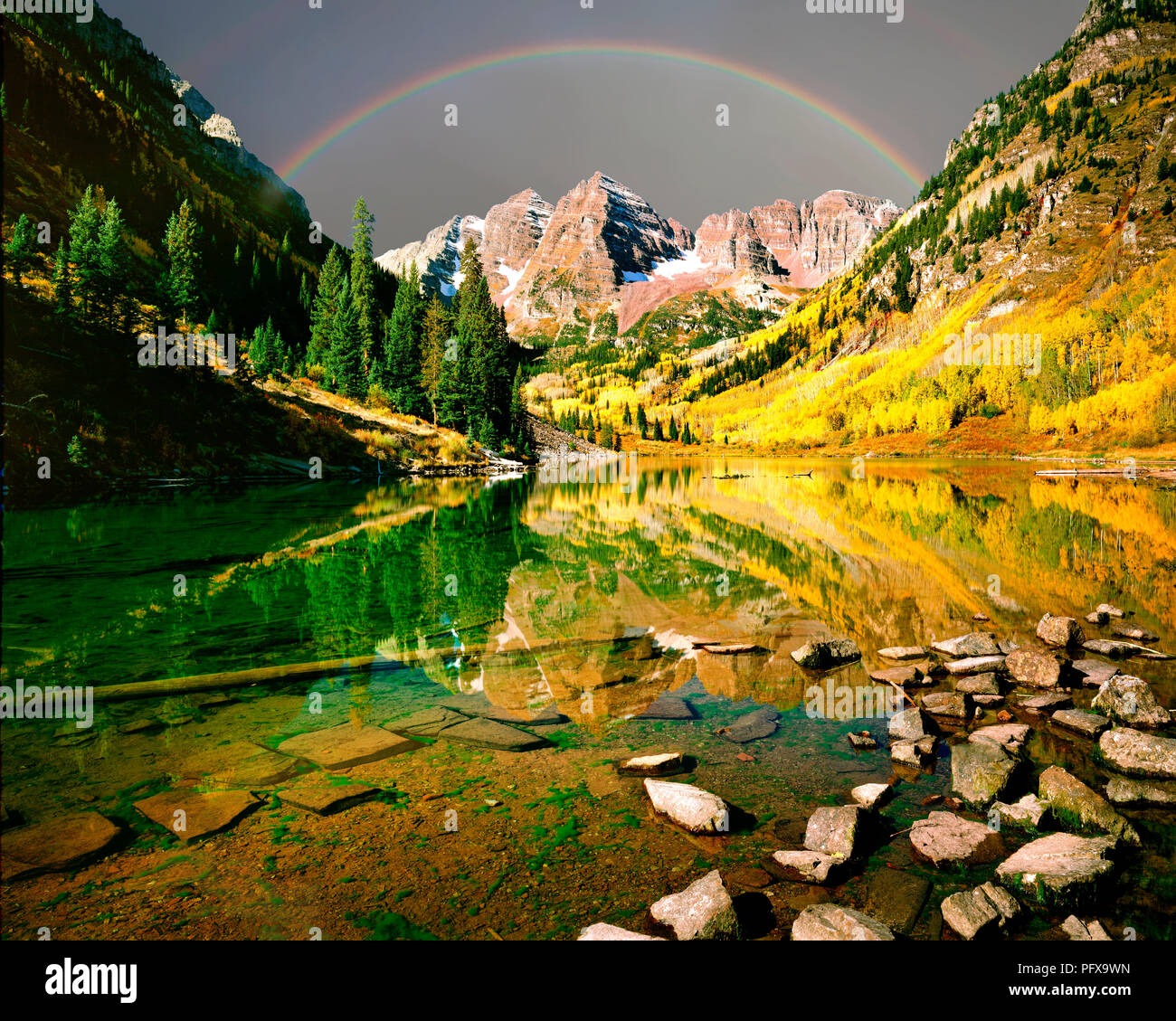 USA - COLORADO: Maroon Lake and Maroon Bells in the Rocky Mountains - Stock Image