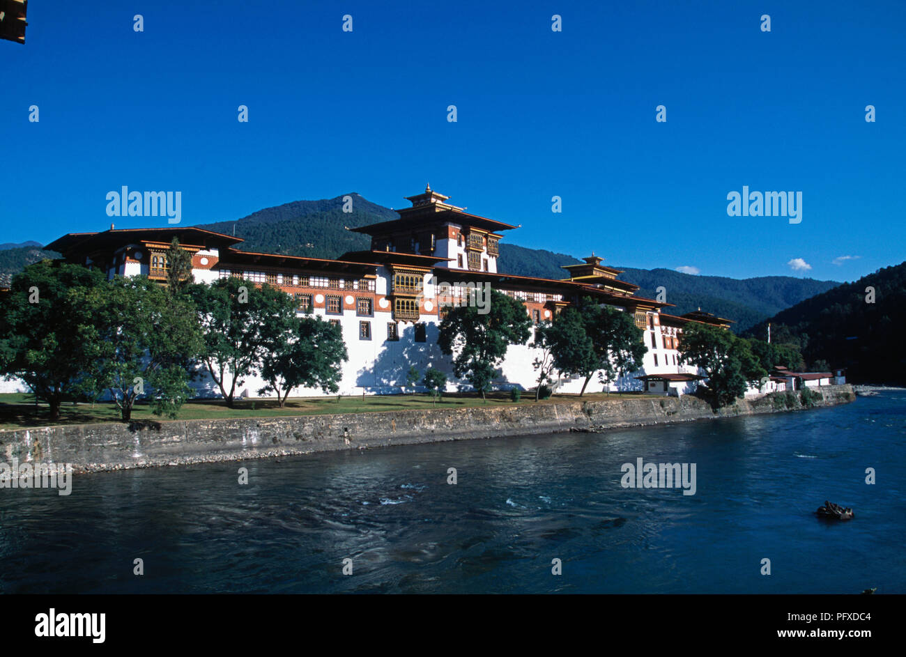 Mo Chhu river and Punakha Dzong in Punakha, Bhutan - Stock Image
